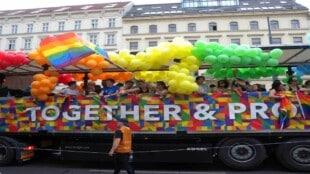 Festwagen der Regenbogenparade in Wien