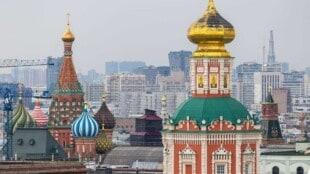 Auf dem Bild sieht man die Dächer der Gebäude am Roten Platz in Moskau, darunter auch die Basilius-Kathedrale.