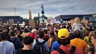 Viele Menschen mit Plakaten versammeln sich bei der Fridays for Future Demo in Wien am Heldenplatz. Im Zentrum des BIldes ist ein Plakat mit der Aufschrift 1,5 Grad Celsius.