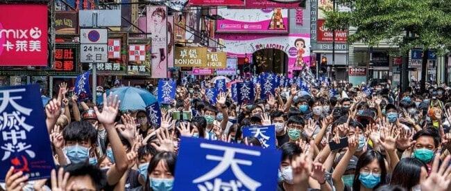 Hongkong Proteste auf denen große Menschenmengen mit Schutzmasken zu sehen sind