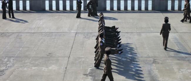 Nordkoreanische Soldatinnen marschieren im Gleichschritt in Pyeongyang