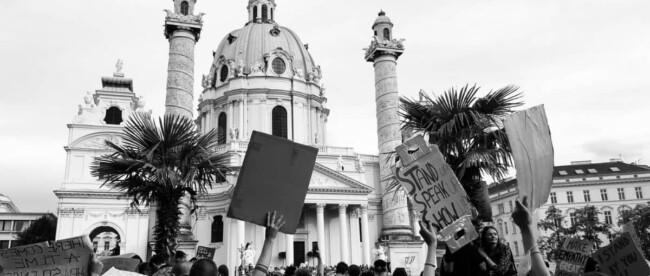 Menschenmenge bei der Black Lives Matter Demo in Wien vor der Karlskirche
